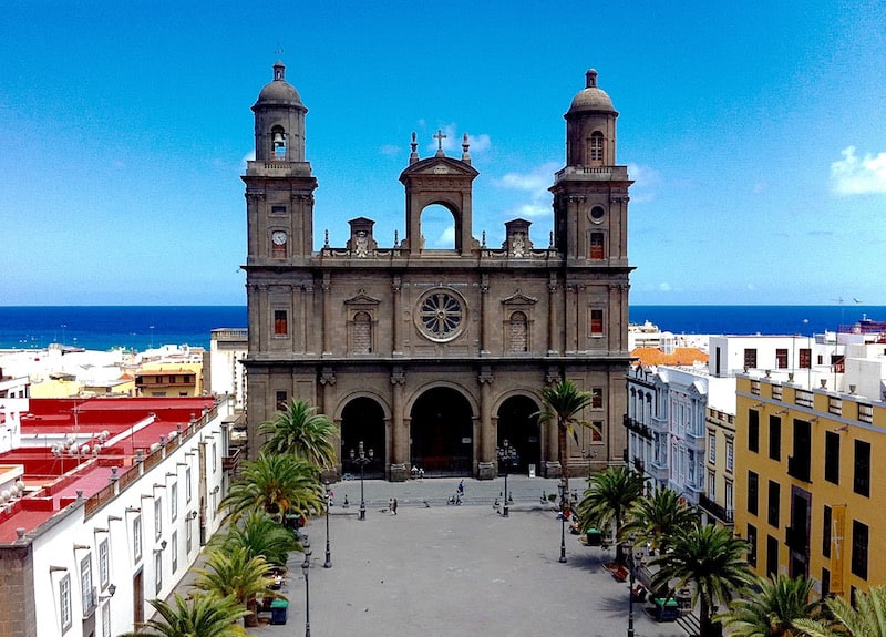 Visit the Santa Ana Cathedral and the old quarter of Las Palmas